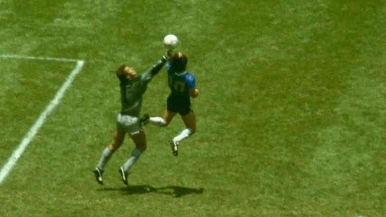 """""""Mão de Deus"""": Momentos antes de Maradona fazer gol de mão na Copa de 1986"""