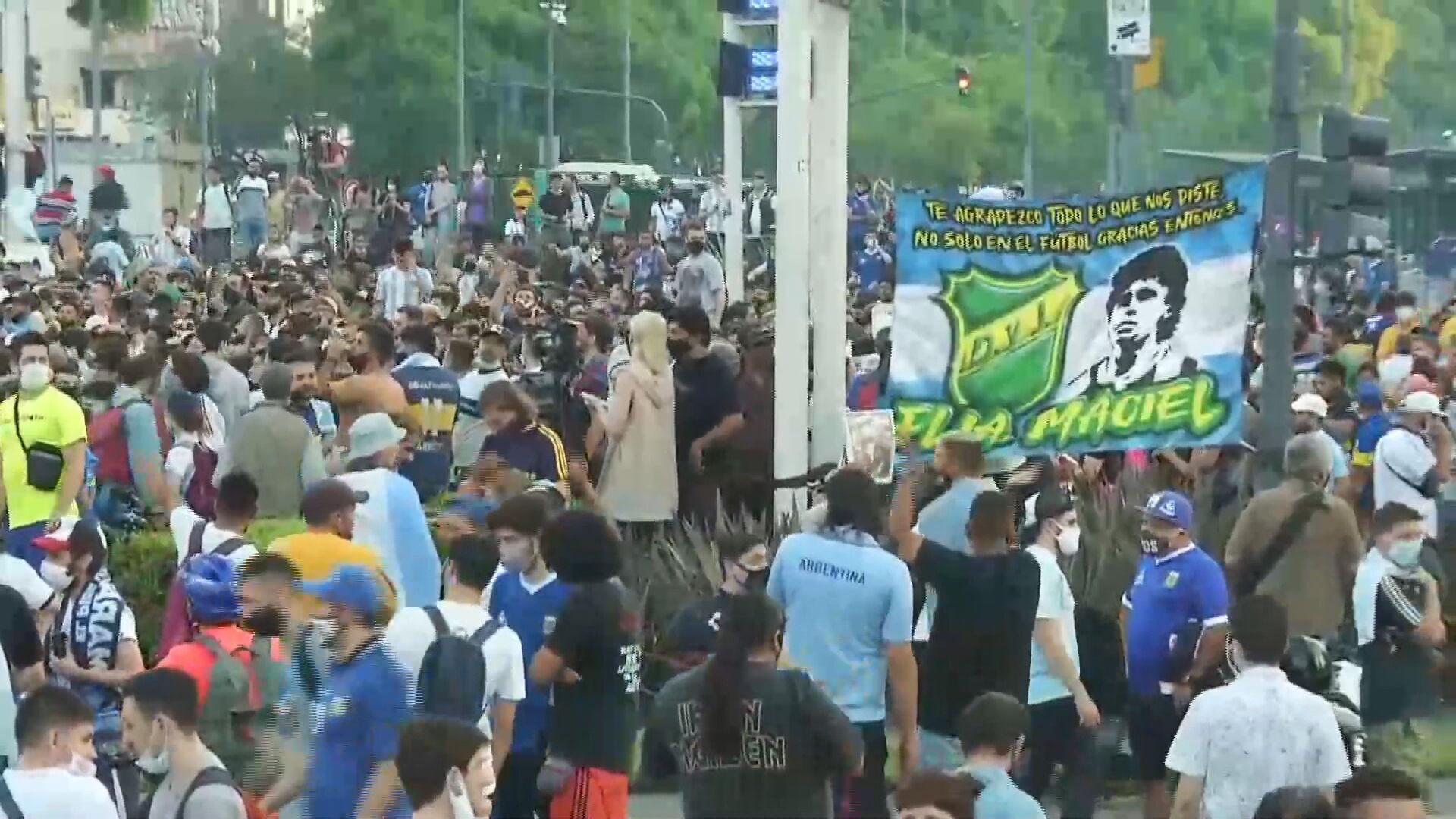 Multidão se reúne em Buenos Aires para homenagear Diego Maradona (25.nov.2020)