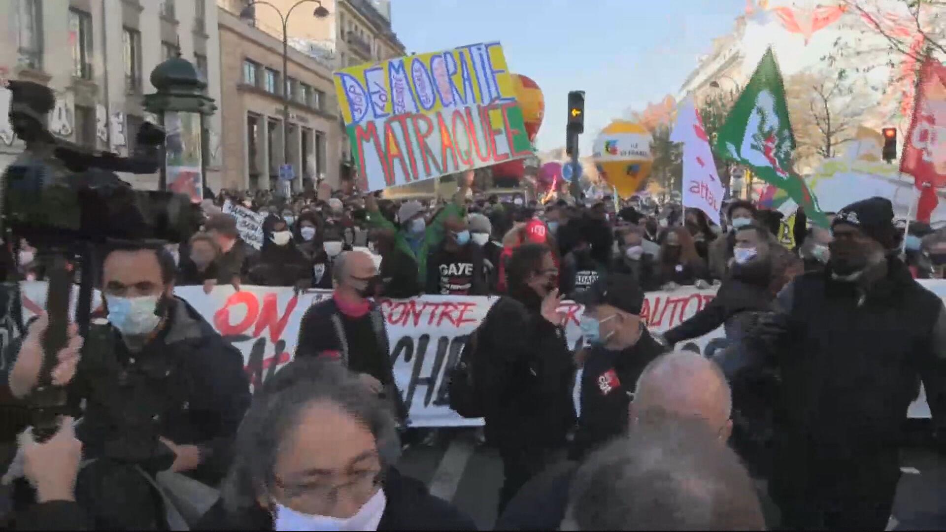 Protesto em Paris contra violência policial (28 nov. 2020)