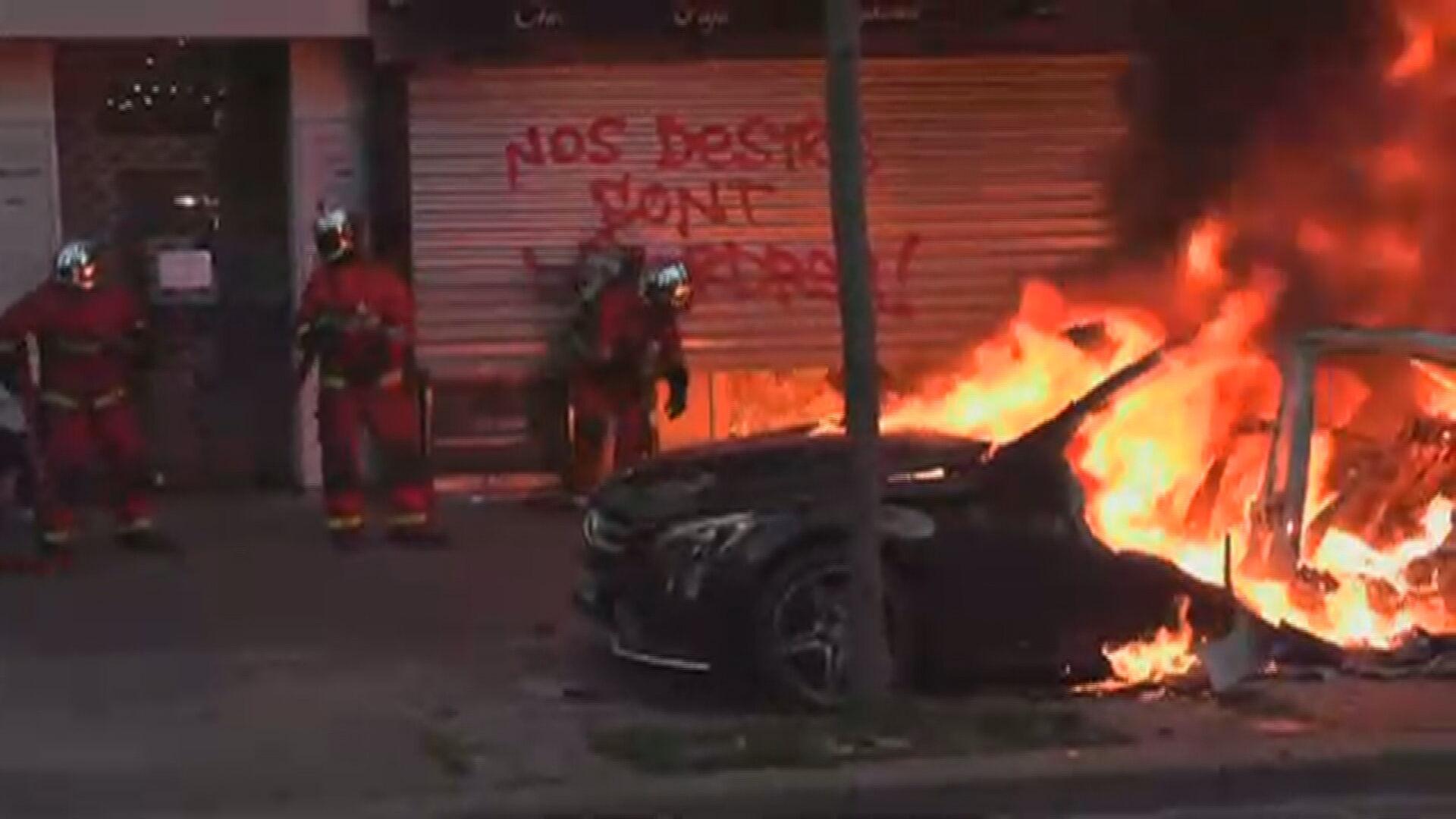Carro pegando fogo em protesto contra violência policial (28 nov. 2020)