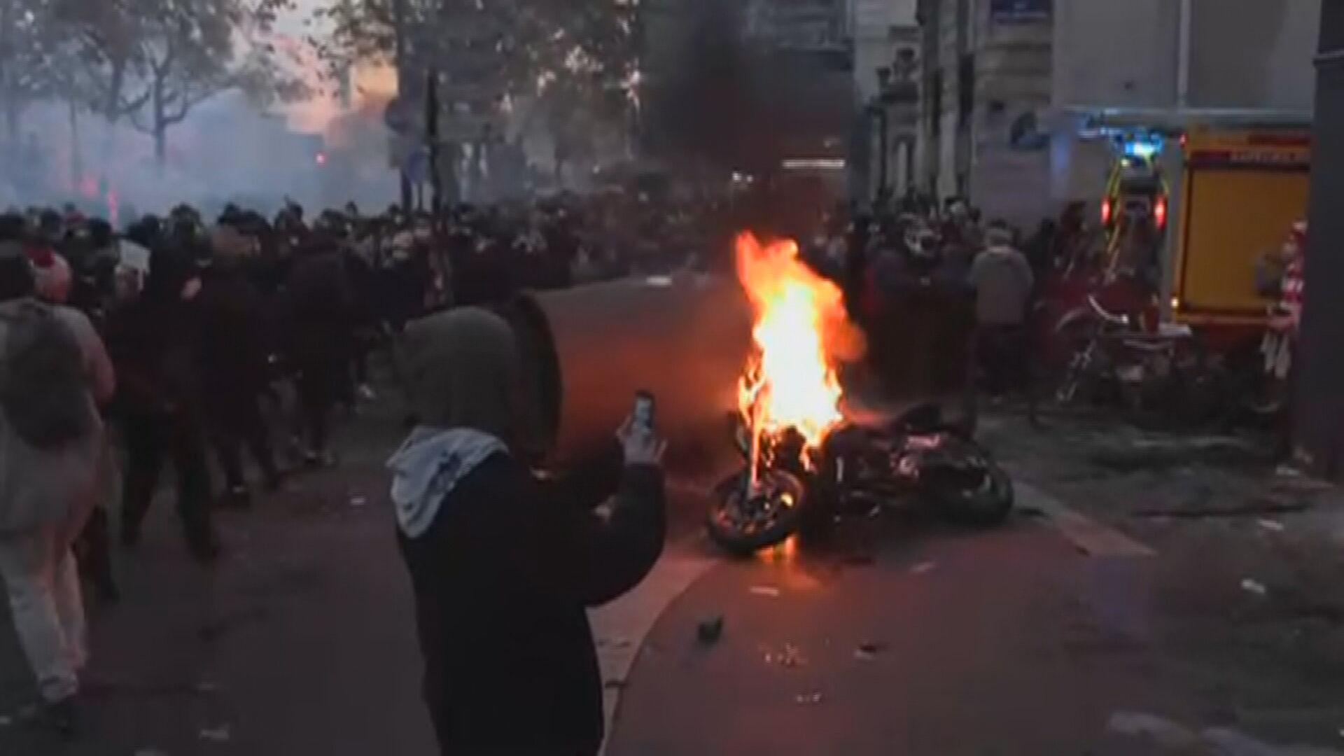 Moto pegando fogo nas ruas de Paris (28 nov.2020)
