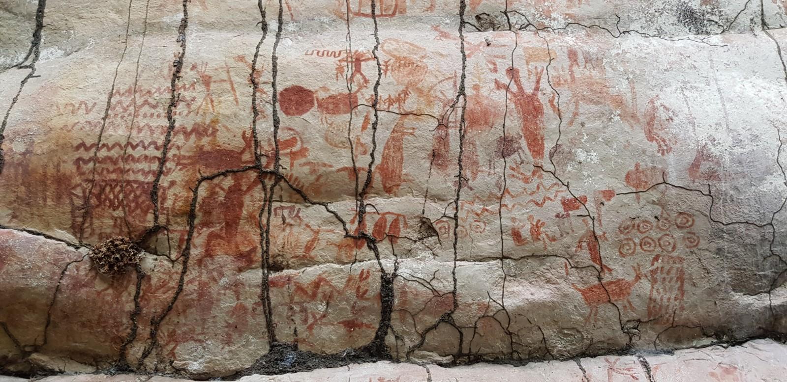 Caverna Cerro Azul com imagens de mastodontes