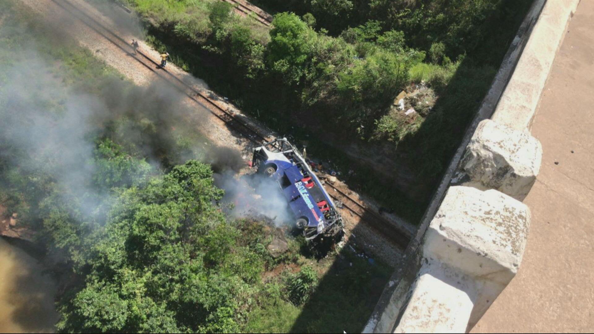 Ônibus cai de ponte em Minas Gerais