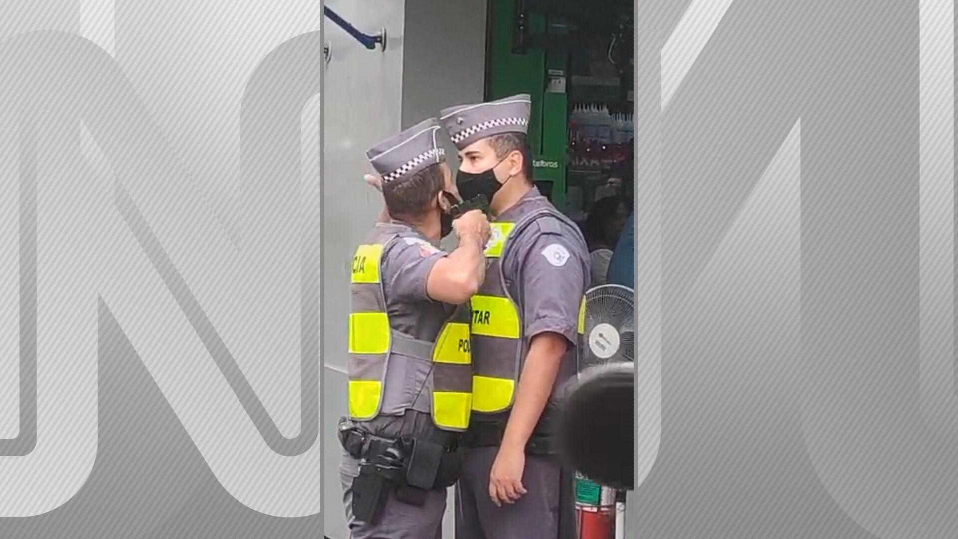Policial aponta arma para colega no centro de São Paulo