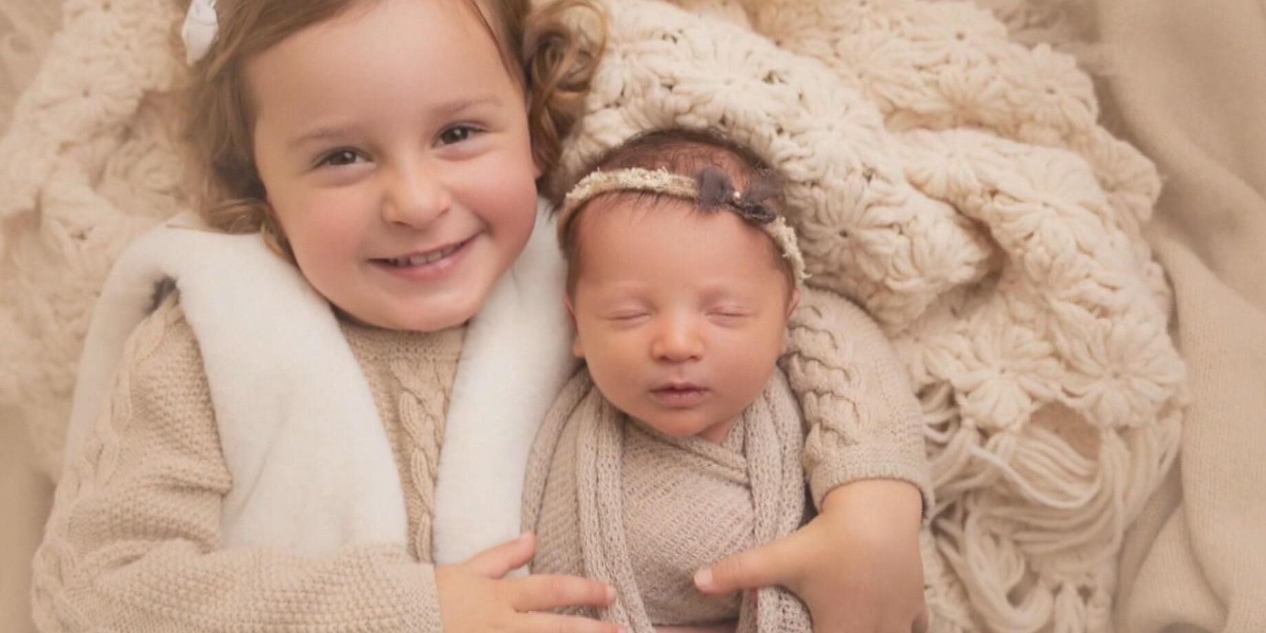Molly e Emma Gibson são filhas de um casal que não conseguiu ter filhos naturalm
