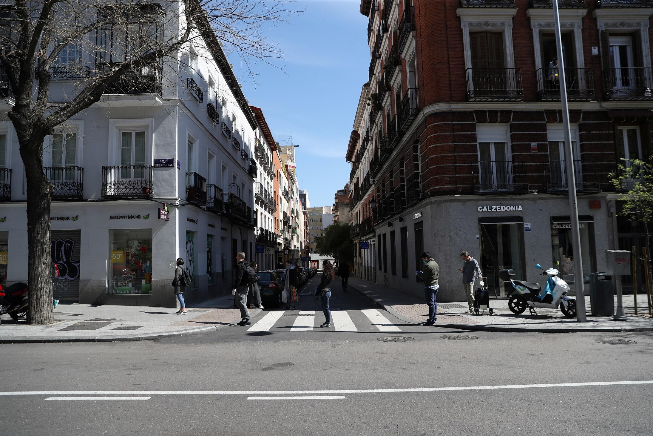 Pessoas praticam distanciamento social na entrada de mercado em Madri (29/03/20)