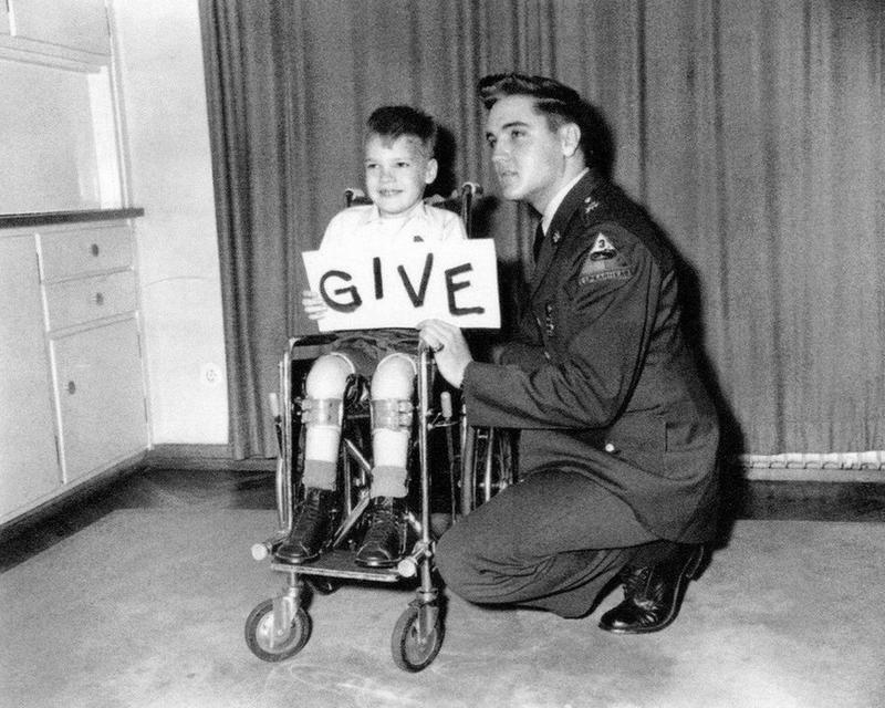 Elvis e criança afetada pela poliomielite