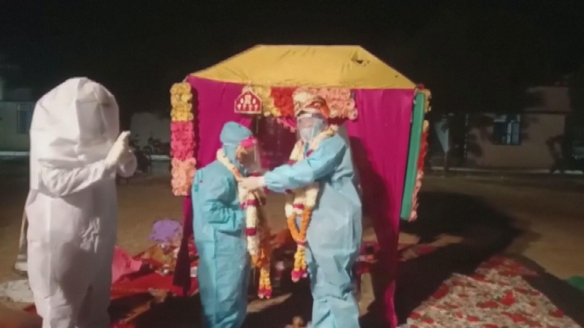 Noivos indianos adaptaram cerimônia de casamento