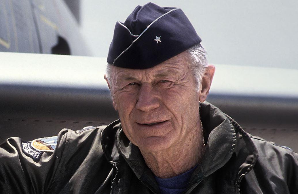 Chuck Yeager, um ás da aviação americana, morreu aos 97 anos