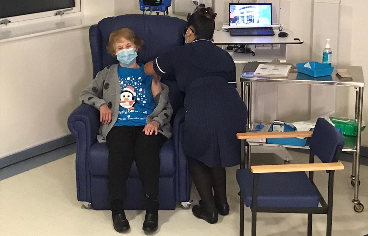 Margaret Keenan, primeira pessoa no mundo a receber a vacina da Pfizer