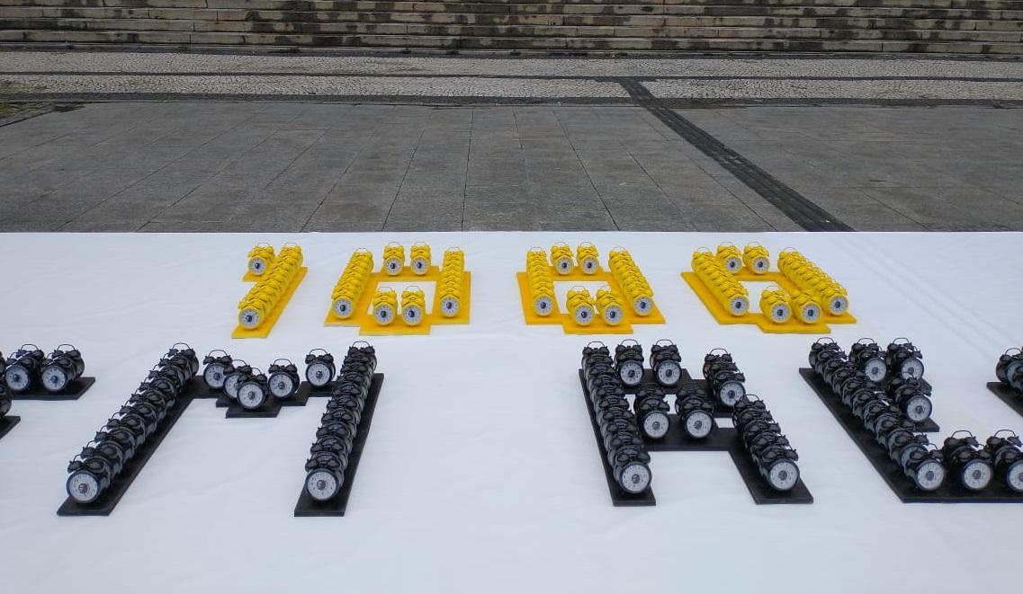 550 relógios instalados na Cinelândia formam a palavra '1000 dias sem respostas'