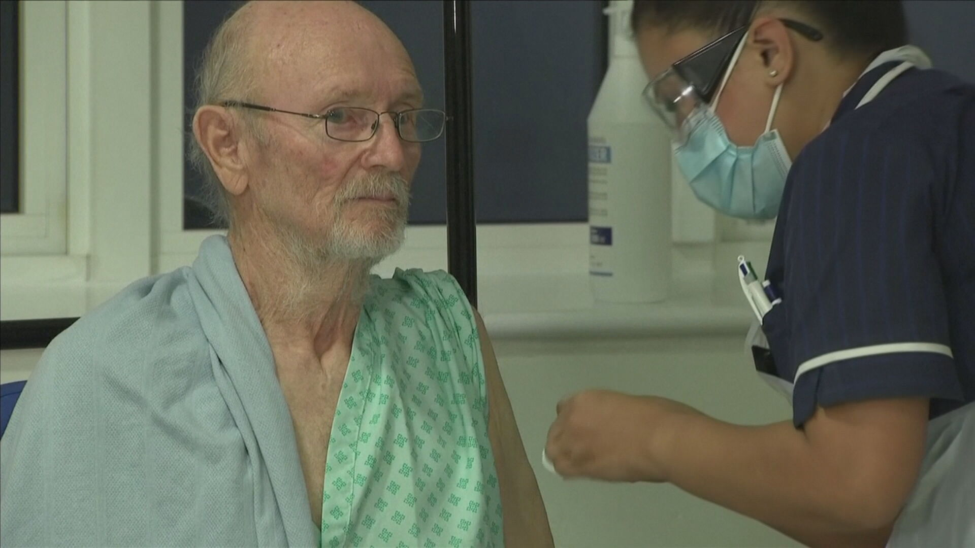 William Shakespeare, de 80 anos, foi o segundo a ser vacinado contra a Covid-19