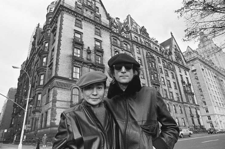 Lennon e Ono em frente ao edifício Dakotta