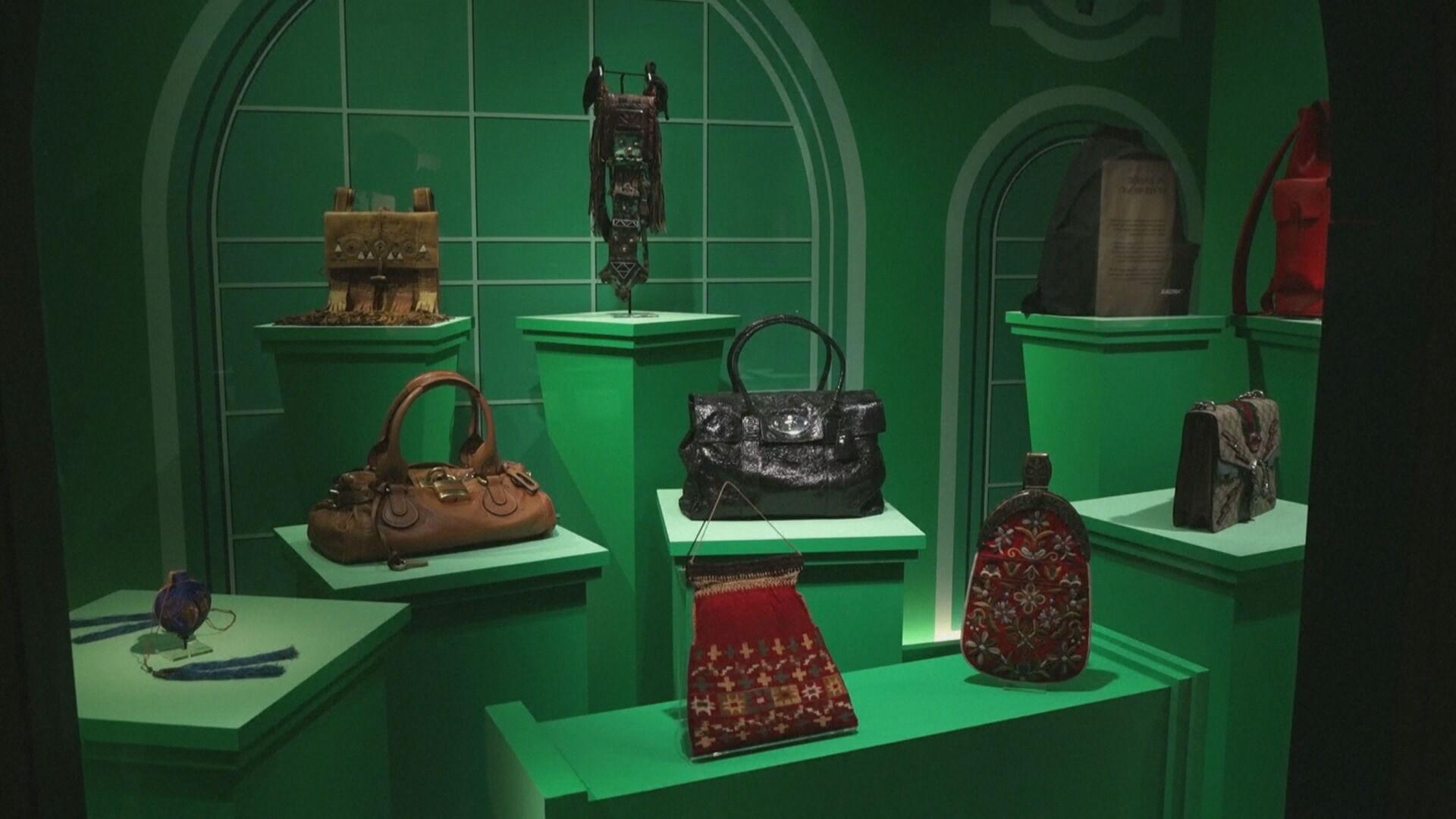 Exposição de bolsas em Londres une moda, curiosidades e história