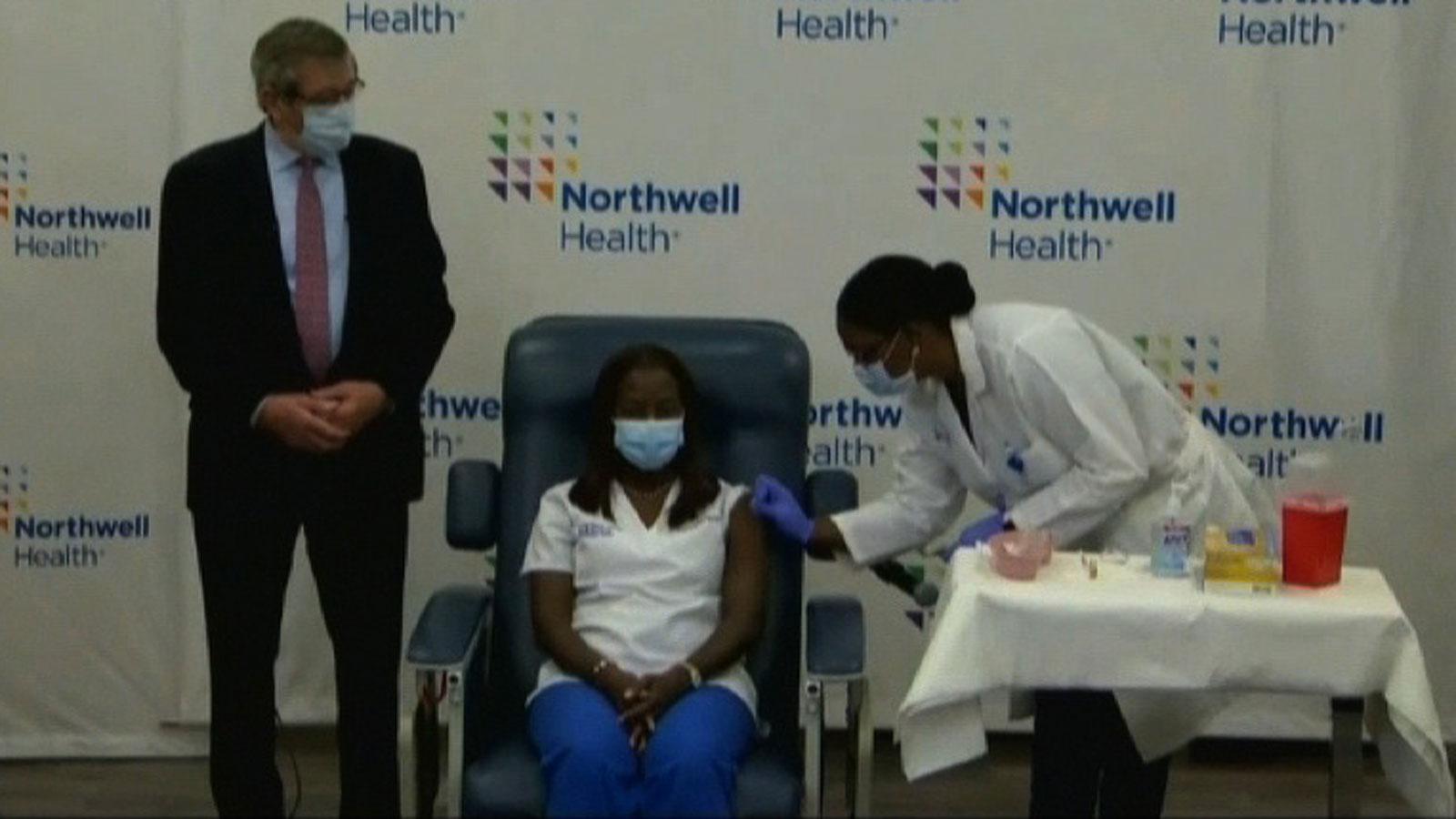 A enfermeira Sandra Lindsay é a primeira pessoa a receber a vacina contra Covid-