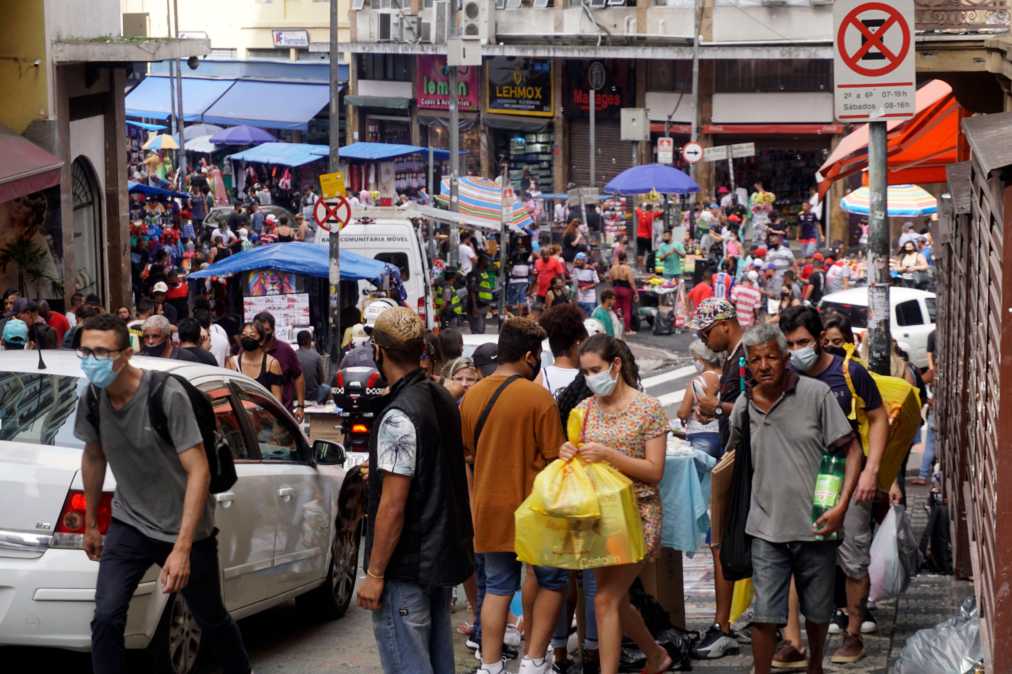 Aglomeração na 25 de março, em São Paulo, durante a pandemia da Covid-19