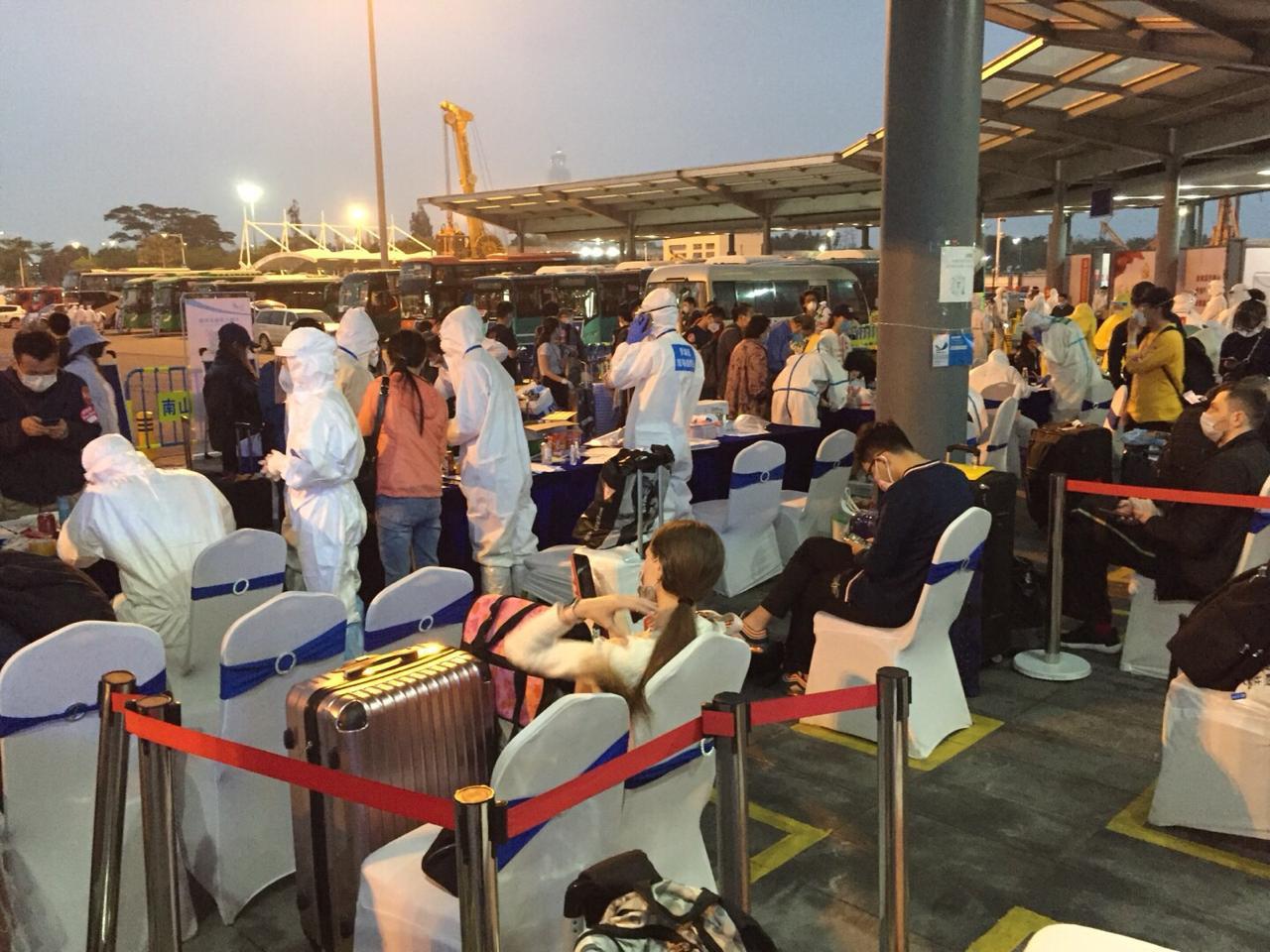 Pessoas vinda do exterior devem se submeter a medição de temperatura, na China.