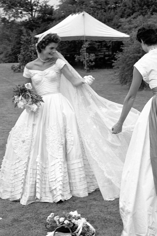 Jackie Kennedy e seu vestido de noiva, confeccionado por Ann Lowe