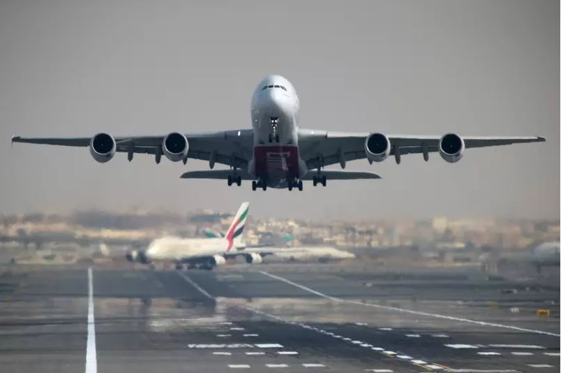 Avião da companhia Emirates decola em Aeroporto Internacional de Dubai