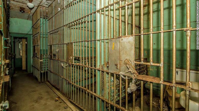 Segundo o site Realtor.com, o imóvel abrigava a antiga prisão do condado de Esse