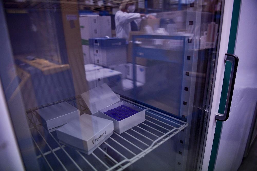 Vacina da Pfizer armazenada em freezer