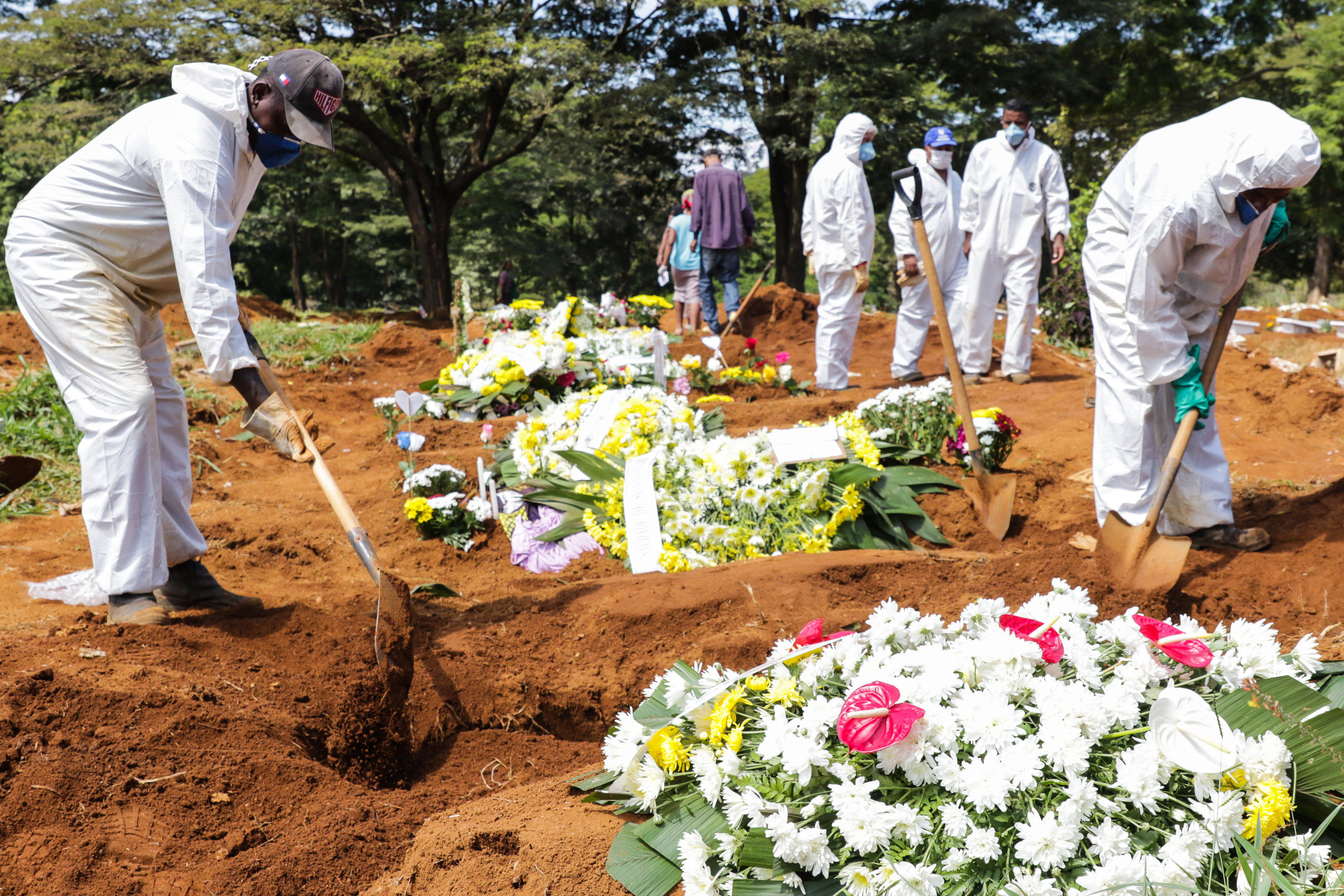 Coveiros usam roupas de proteção em enterros em São Paulo