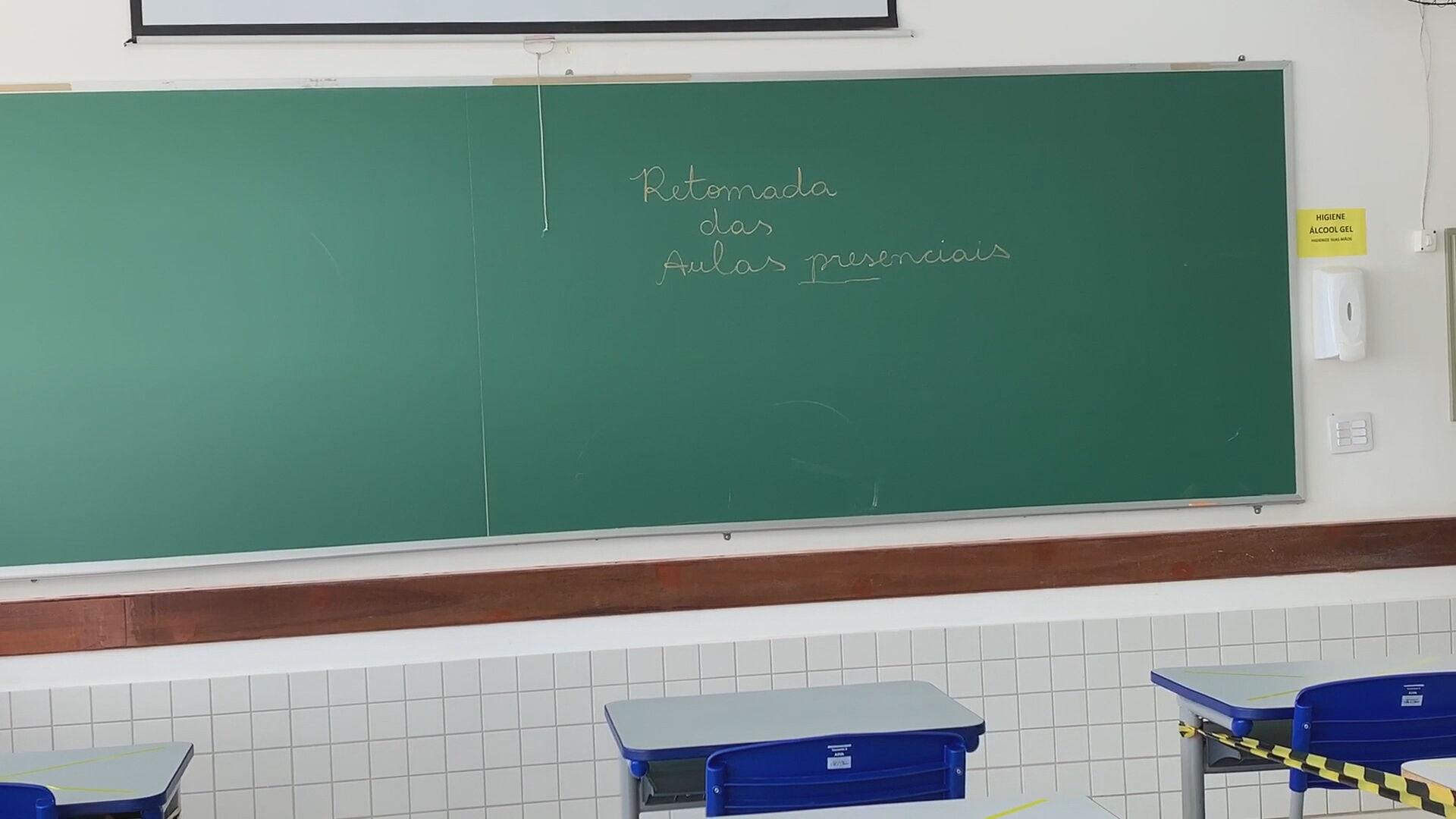 Lousa de colégio indicando o retorno das aulas presenciais (06.jan.2021)