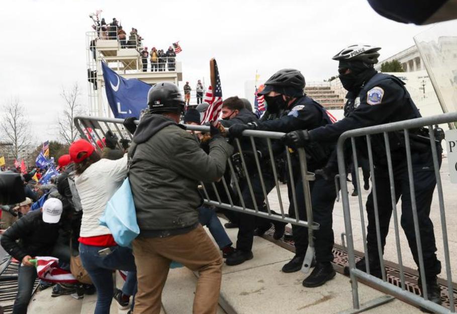 Manifestantes pró-Trump invadem Capitólio