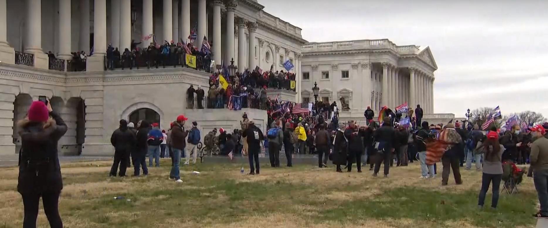 Apoiadores de Trump invadem o Capitólio