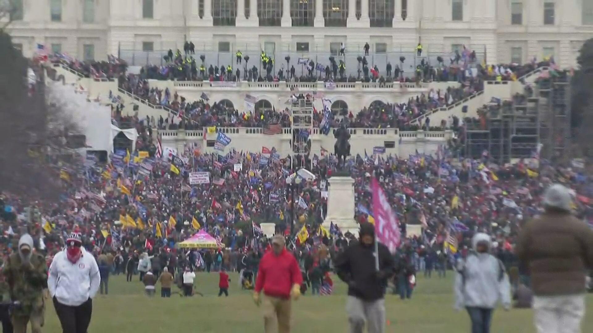 Apoiadores de Donald Trump invadem Congresso