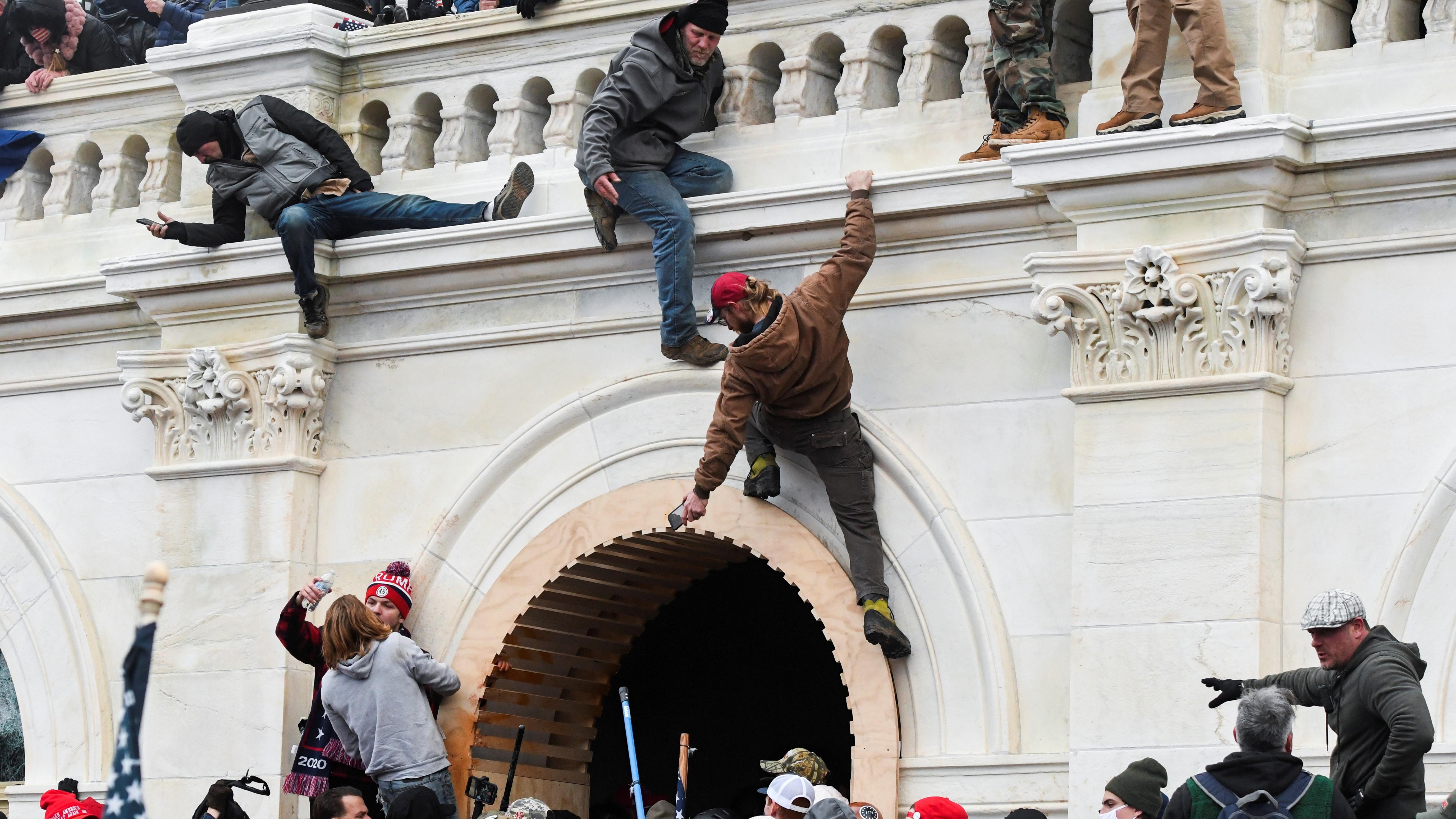 Manifestantes invadem o Capitólio, sede do Congresso dos EUA