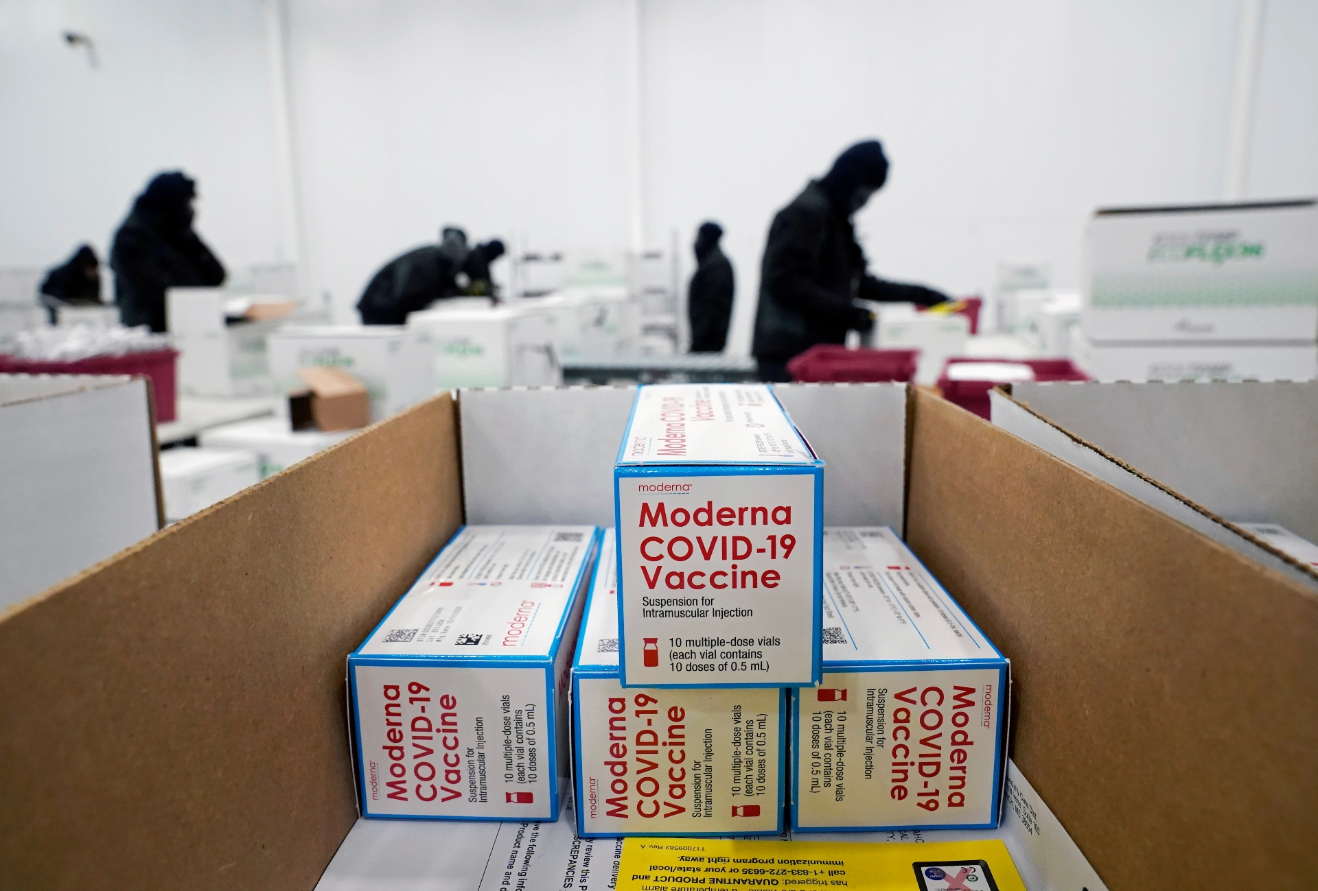 Caixas com vacinas das Moderna contra Covid-19 em centro de distribuição nos EUA