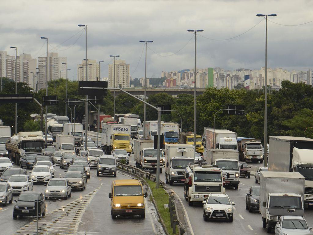 Trânsito na marginal Pinheiros, zona oeste de São Paulo, carros