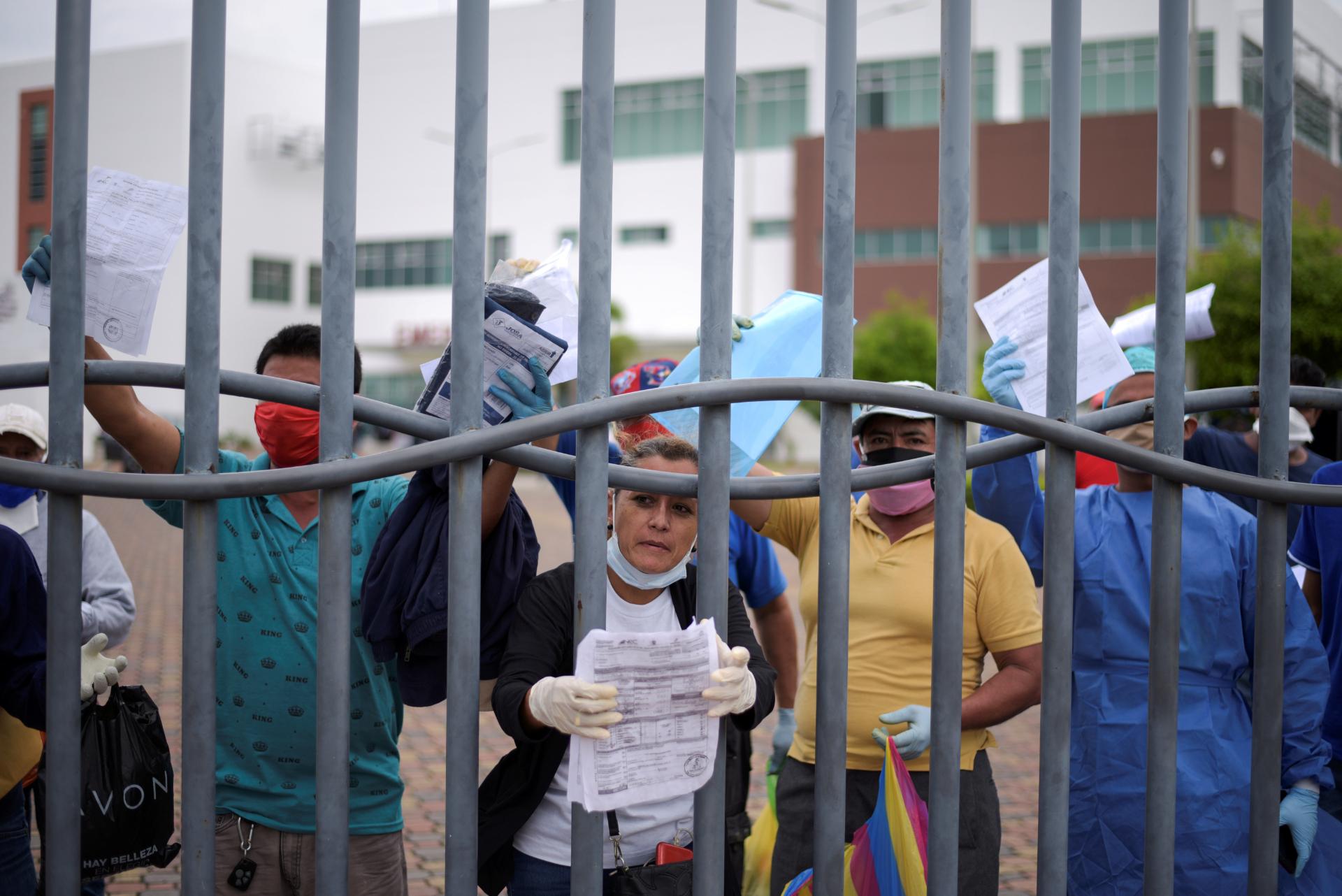 Protesto no Equador contra demora na liberação do corpo de mortos por COVID-19