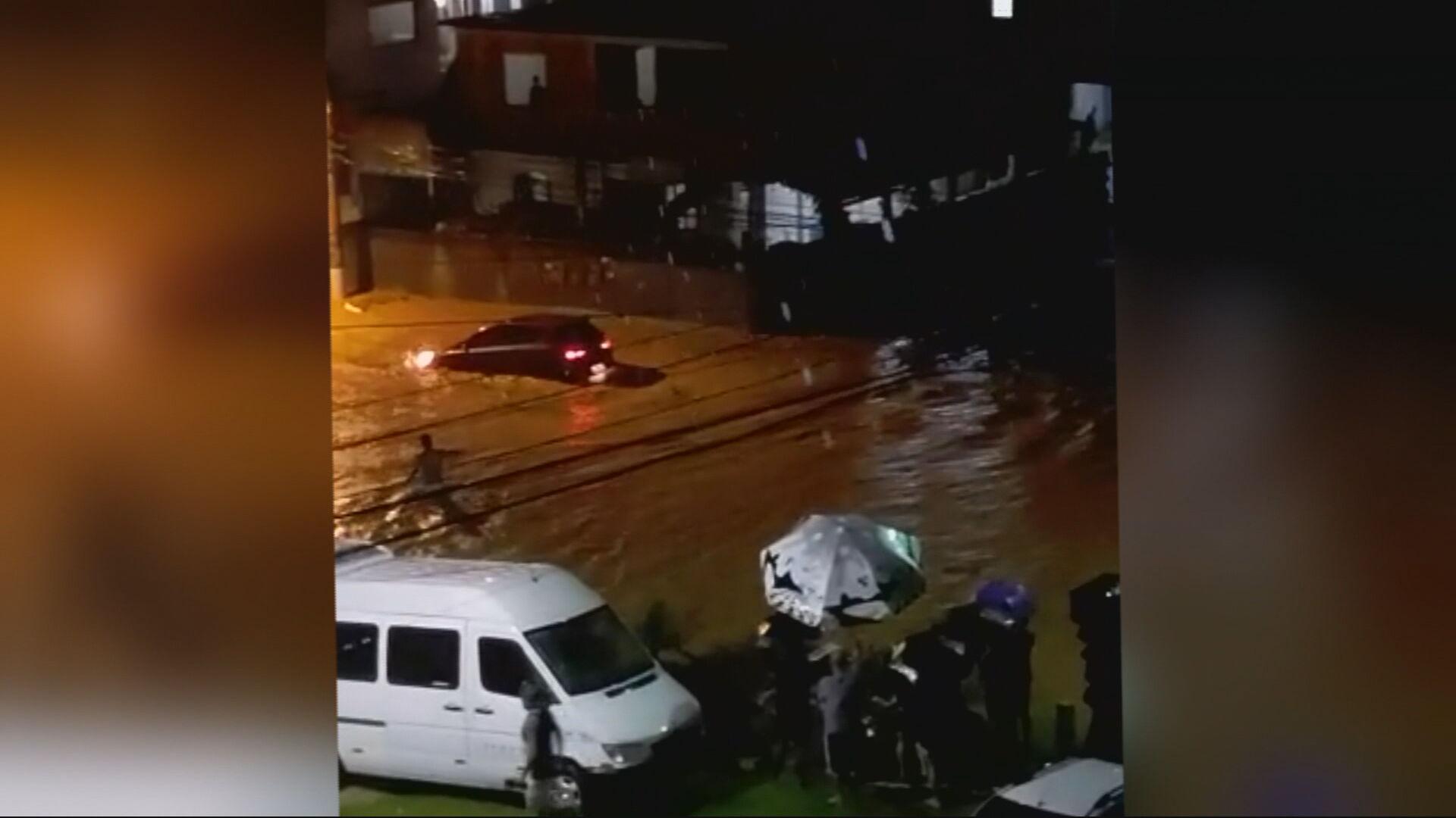 Correnteza arrasta carro e criança morre em Três Rios (RJ)