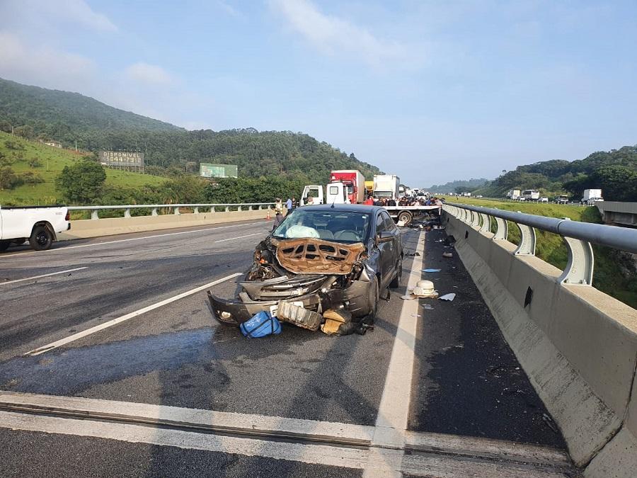 Acidente entre caminhões, carro e motocicleta na Rodovia dos Bandeirantes