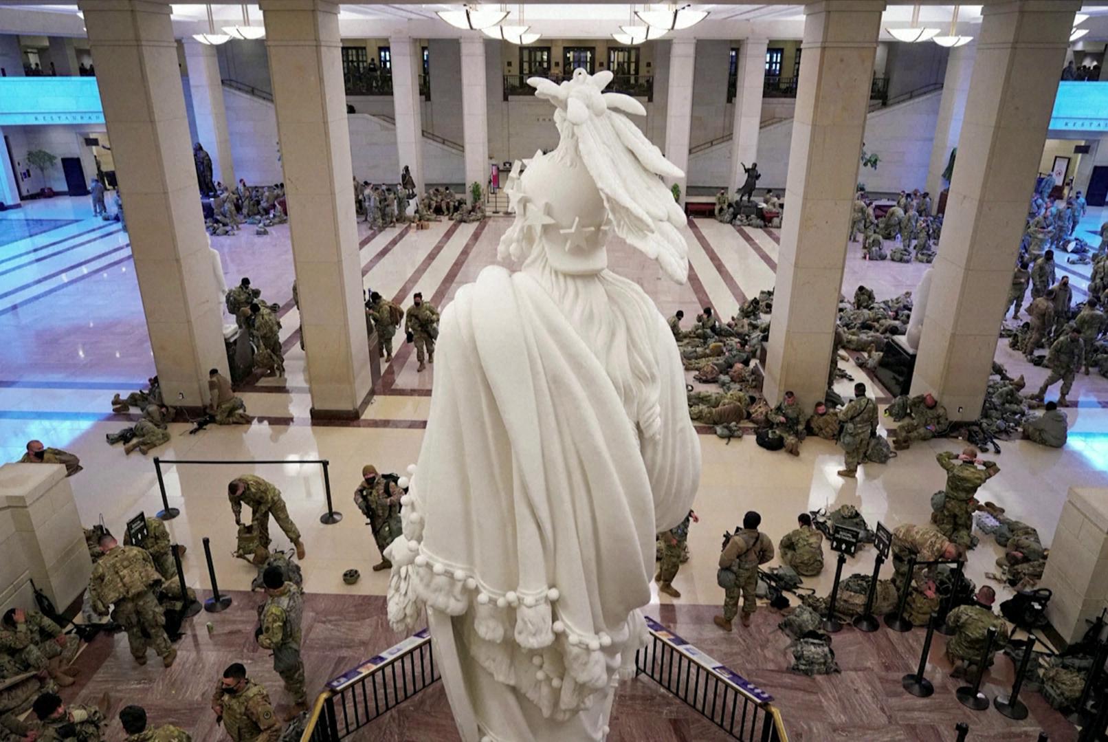 Guarda Nacional no interior do Capitólio durante debate de impeachment de Trump