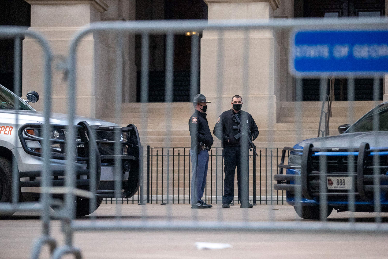 Homens fazem segurança na capital da Geórgia durante o primeiro dia de sessão le