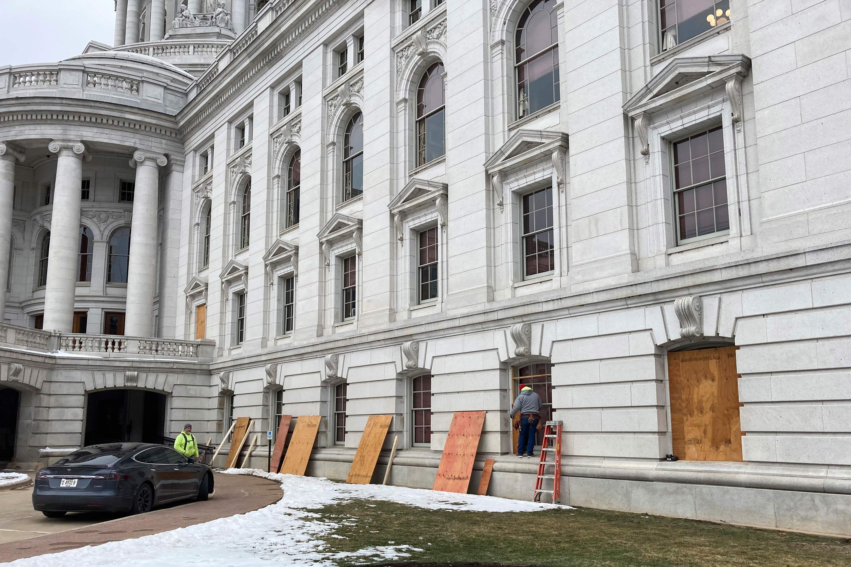 Trabalhadores colocam tapumes em sede do governo do Wisconsin