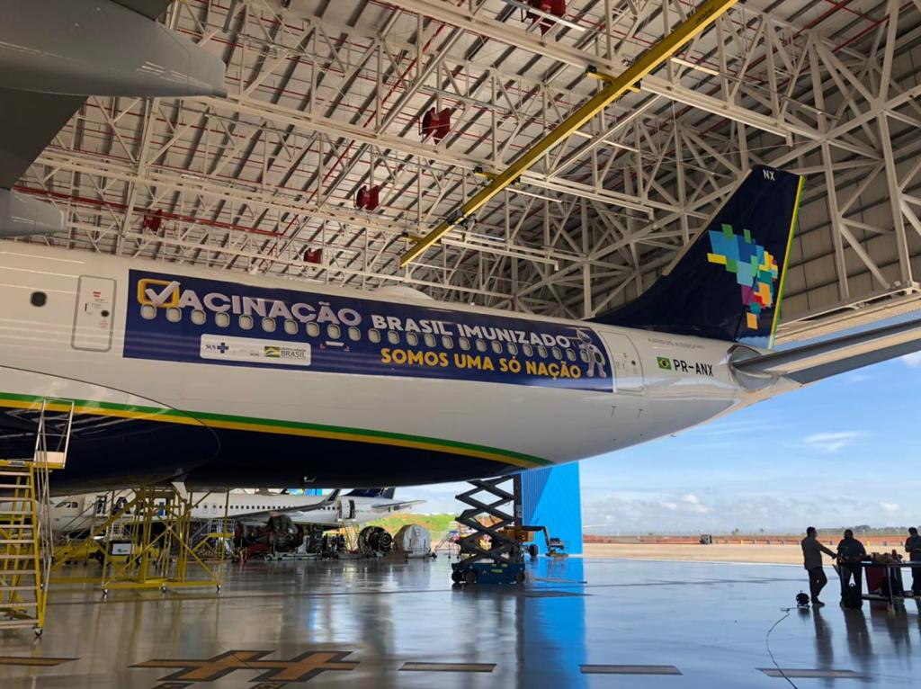 """Avião da Azul tem inscrição """"Brasil imunizado, somos só uma nação'"""