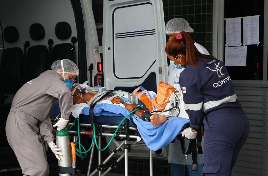 Transferência de paciente entubado em hospital de Manaus