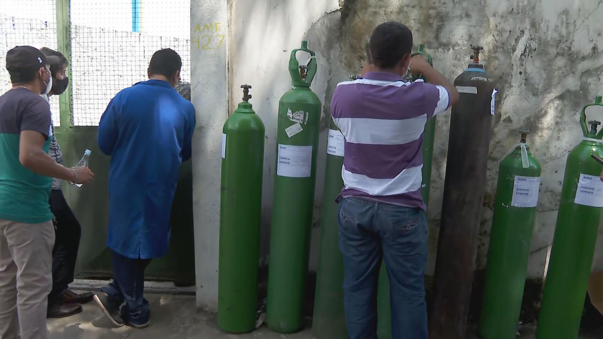 Moradores fazem fila para conseguir cilindros de oxigênio em Manaus