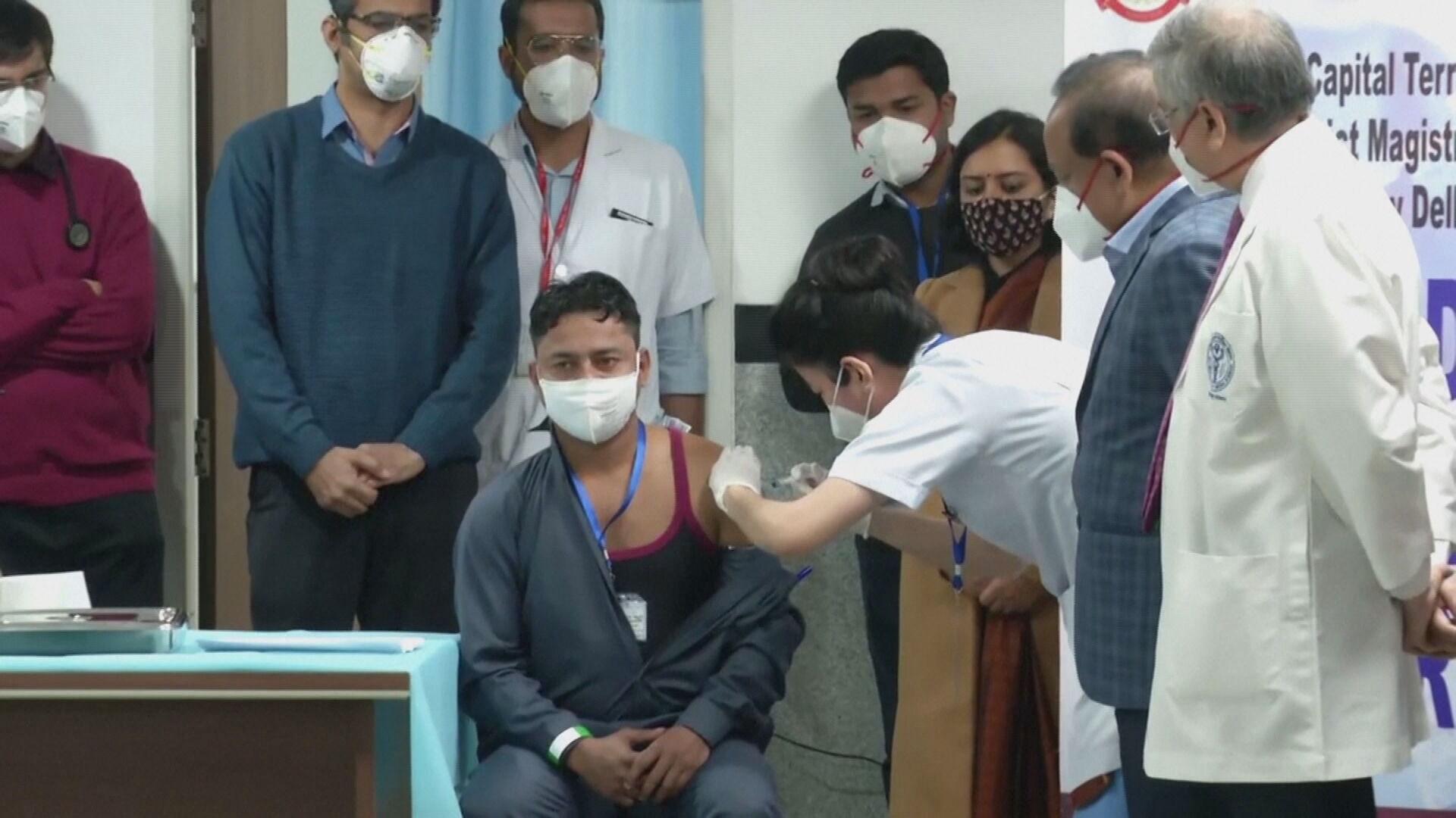 Pessoa recebe imunizante contra Covid-19 no primeiro dia de campanha na Índia