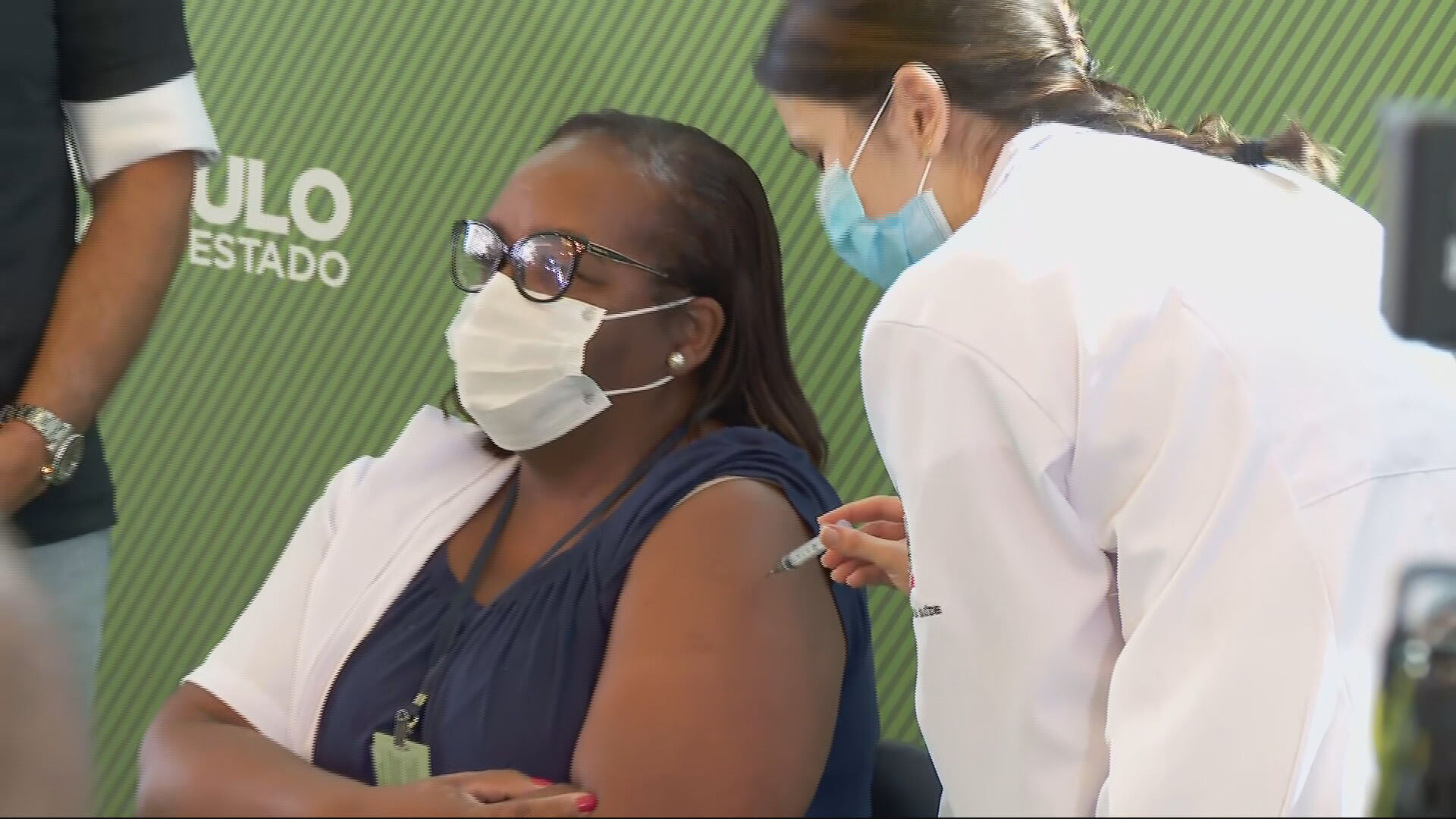 Intensivista Mônica Calazans, 54 anos, é a primeira brasileira vacinada no Brasi