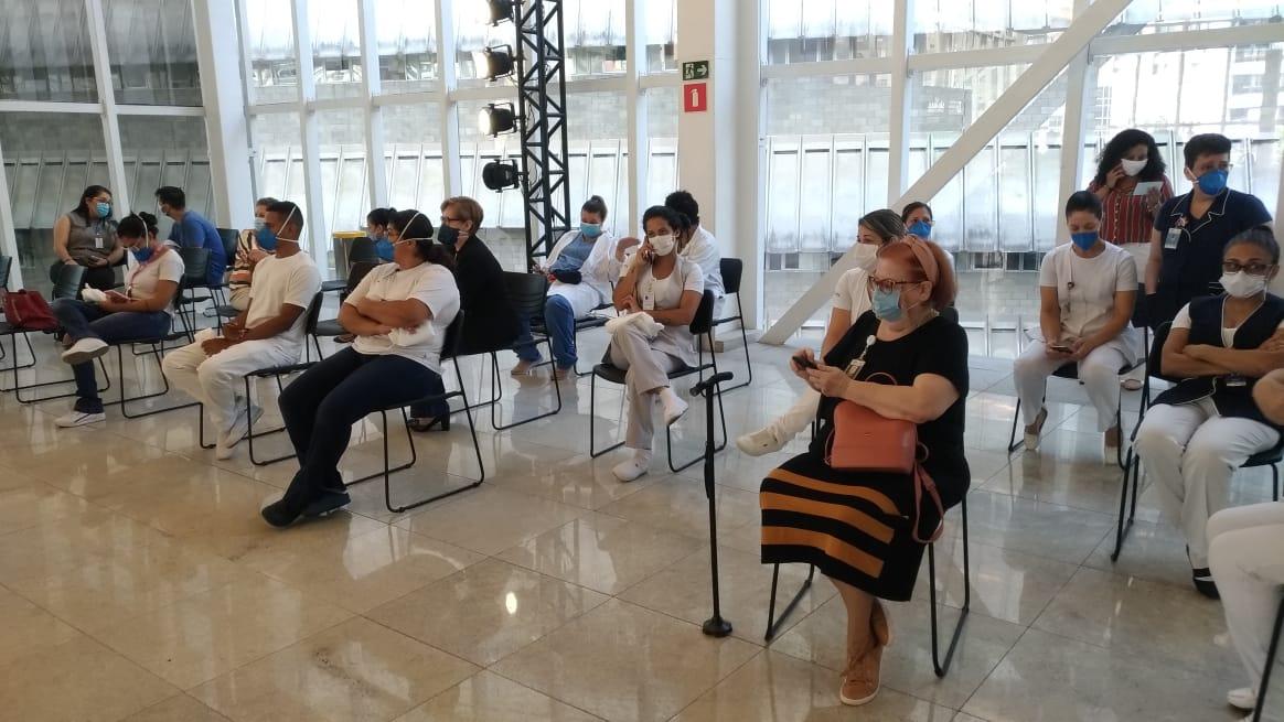 Sala de espera para vacinação no Hospital das Clínicas de SP