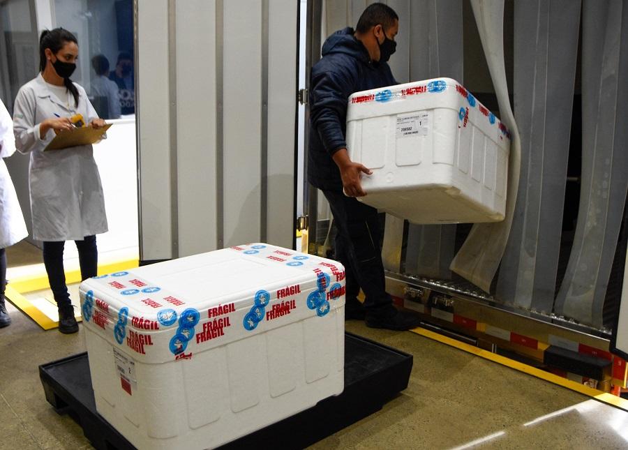 Caminhões são carregados com a vacina Coronavac, produzida pelo Instituto Butant