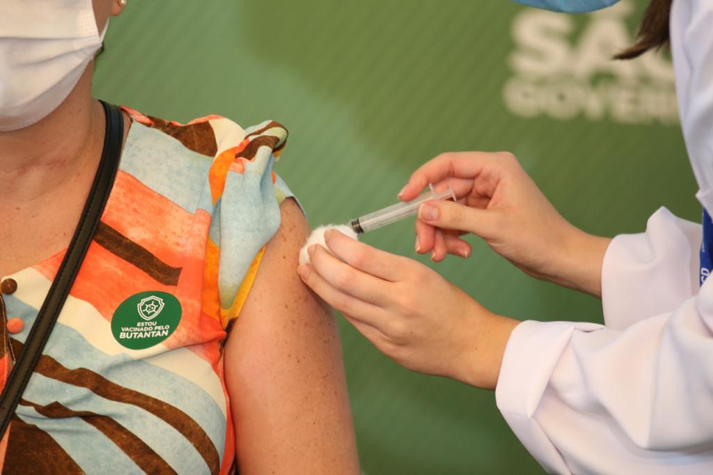 Profissional da Saúde é imunizada com a Coronavac em São Paulo