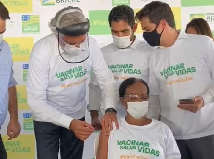 O governador Ronaldo Caiado (DEM) aplica a primeira dose da vacina contra a Covi