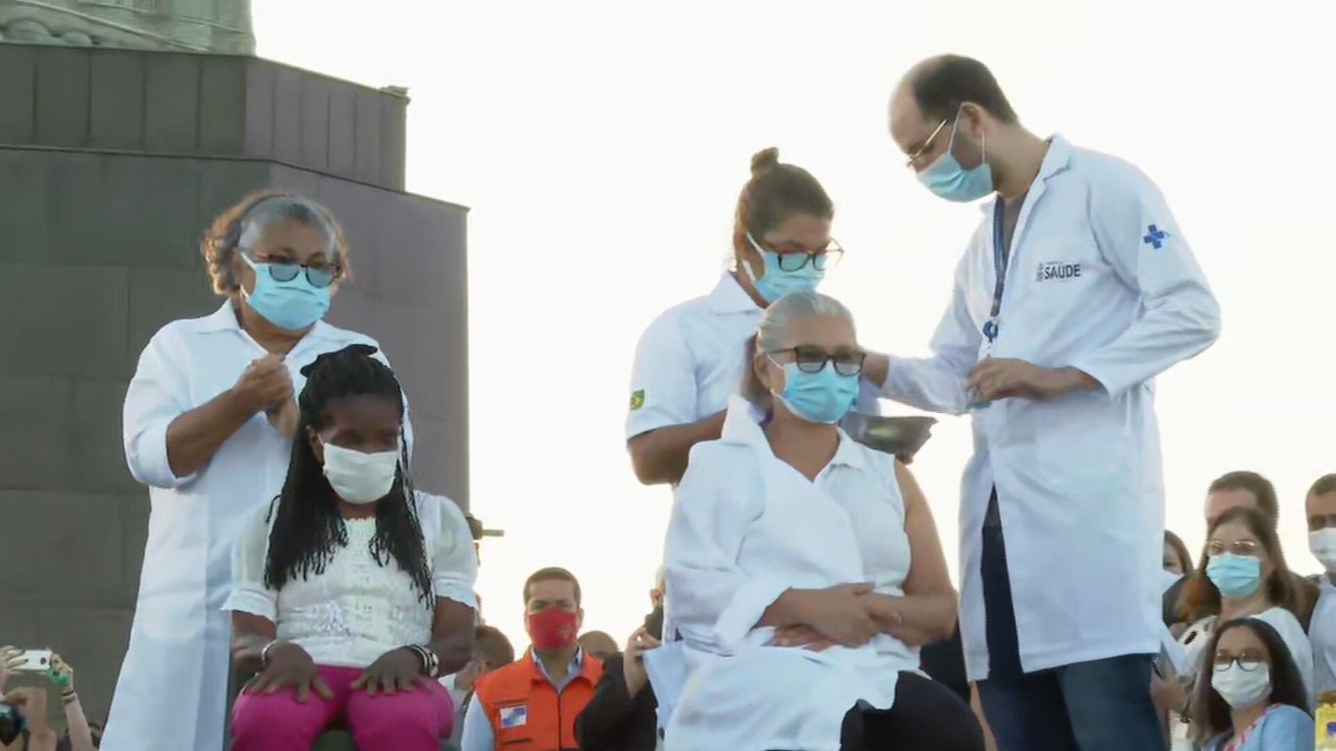 A técnica de enfermagem Dulcinéia da Silva Lopes, 54 anos e Teresinha da conceiç