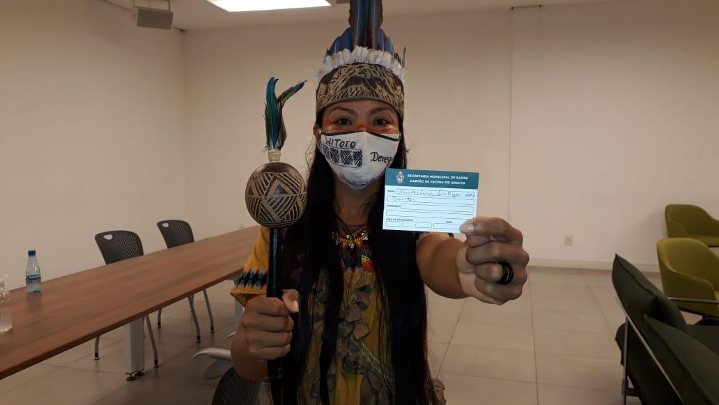 Enfermeira indígena vacinada em Manaus